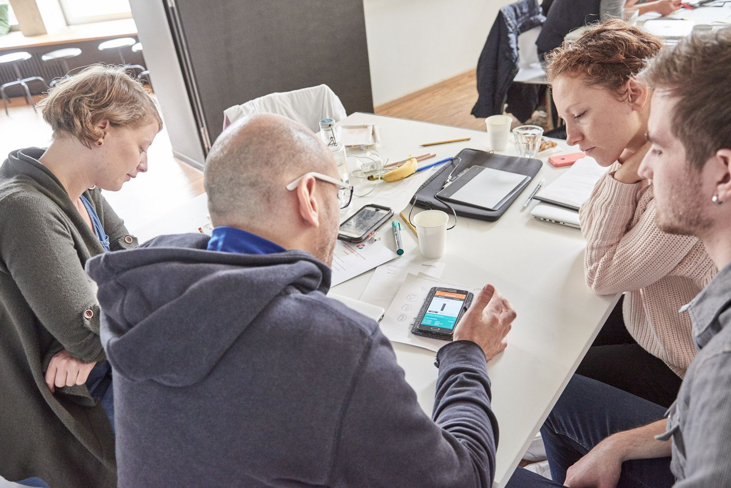 participants testing the Wertewandel app on a mobile phone