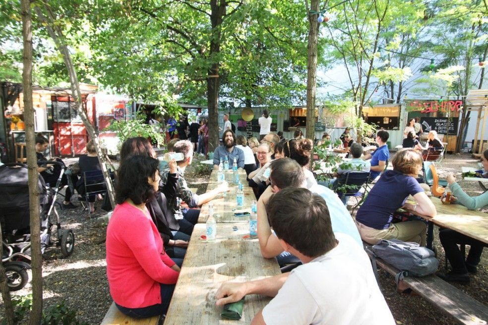 Group of people having lunch at Prinzessinnengarten Berlin